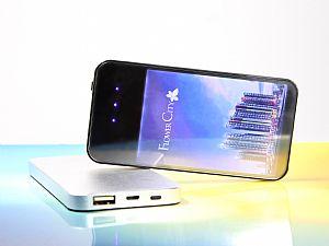 Beleuchtete Powerbank mit Display. Große Werbefläche fürs Logo