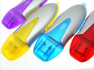 Günstiger USB Stick aus Kunststoff mit leuchtfarbenem Deckel