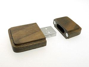 Eckiger USB Stick aus Holz mit Firmenlogo