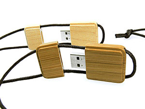 Eckiger USB Stick mit Kordel aus Holz mit Logo