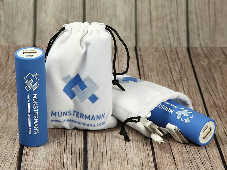 powerbank blau logo weiss samtsäckle samtsack verpackung samt zubehör