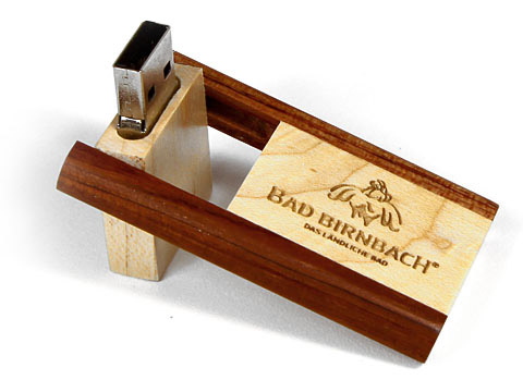 referenzbilder usb stick aufklappbar aus holz mit logo. Black Bedroom Furniture Sets. Home Design Ideas