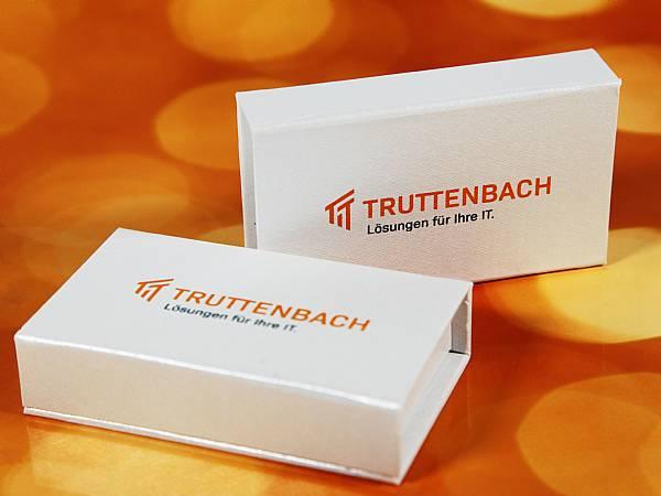 geschenkbox usb stick mit 2 farbigem logo nach pantone