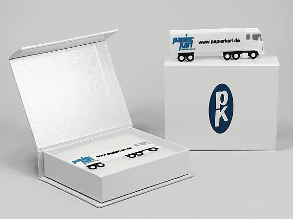 geschenkverpackung weiss logo blau lkw