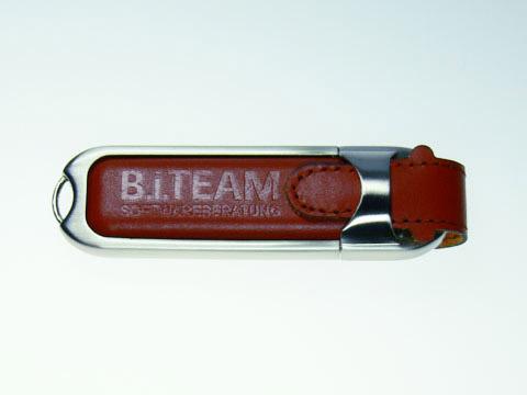Brauner USB-Stick mit Prägung, Leder.02