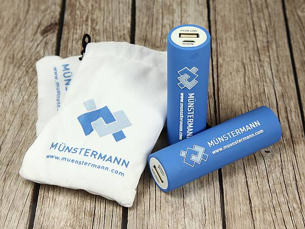 powerbank blau logo weiss samtsäckle samtsack verpackung samt