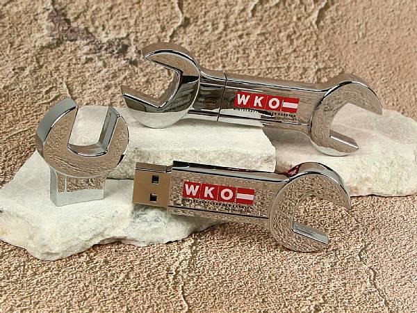 usb stick schraubenschluessel gabelschluessel metall glanz